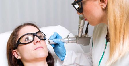 آشنایی با مزایا و معایب جراحی لیزر - ترنجان