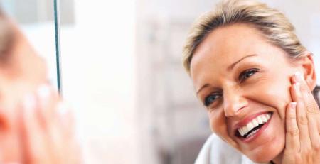 پوست پیر - 15 نشانهای که صورتتان سریعتر از خودتان پیر میشود - ترنجان
