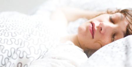 چگونه میتوانیم هنگام بیدار شدن از خواب پوست درخشان و شادابی داشته باشیم! - ترنجان