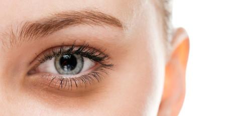 آیا خوابیدن واقعاً به کاهش حلقههای تیره دور چشم کمک میکند؟ - ترنجان
