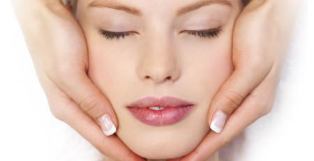 5 دلیل برای ماساژ صورت و تاثیرات آن بر زیبایی و شادابی پوست - ترنجان