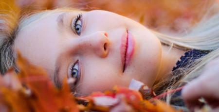 پوست در فصل پاییز - آشنایی با ۱۰ نکتهی کلیدی در رابطه با مراقبت از پوست در فصل پاییز - ترنجان
